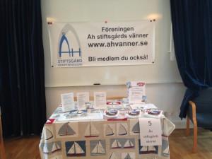 Föreningen Åh stiftsgårds vänner informationsbord den 21 juni 2015. Foto: Carina Etander Rimborg