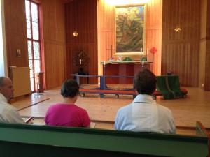 Förberedelser för gudstjänst i Åh kyrka. Foto: Carina Etander Rimborg